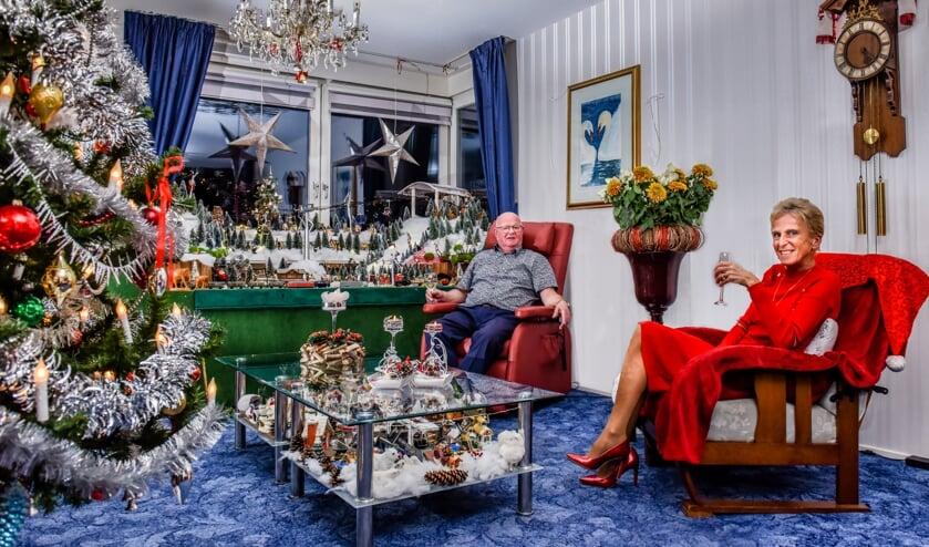 <p>Sjoerd en Willeke Zwaan genieten van hun kersthuis.&nbsp;</p>