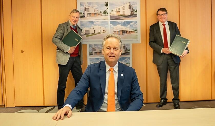 <p>Wethouder Willem Joosten (zittend) heeft net de overeenkomst getekend met bestuurders Roeland van Velzen (links) en Jules de Vries van hospice De Mare.</p>