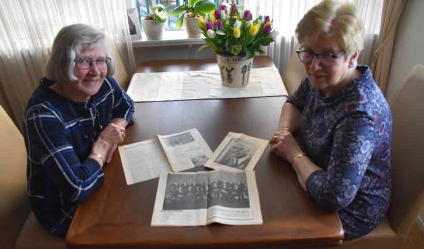Aan de hand van oude krantenknipsels halen Truus en Nel herinneringen op uit hun jeugd.