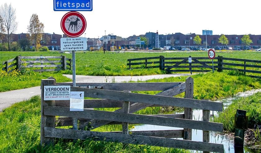 In het Leiderdorpse deel van de polder zijn de voet- en fietspaden gesloten in het broedseizoen. | Foto: J.P. Kranenburg
