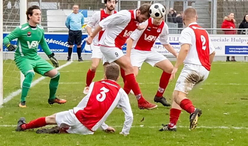 RCL werkt een bal weg. Geheel link doelman Andrew Bontje, die een glansrol speelde in de wedstrijd. | Foto: J.P. Kranenburg