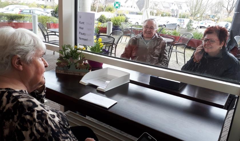 Mevrouw Zondag-Schaap praat bij met haar man en dochter.