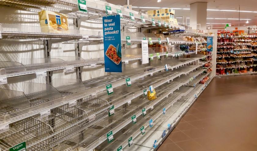 Albert Heijn in Winkelhof, zaterdag om 2 uur 's middags. Het pastaschap is zo goed als leeg. hetzelfde geldt voor het schap met toiletpapier.