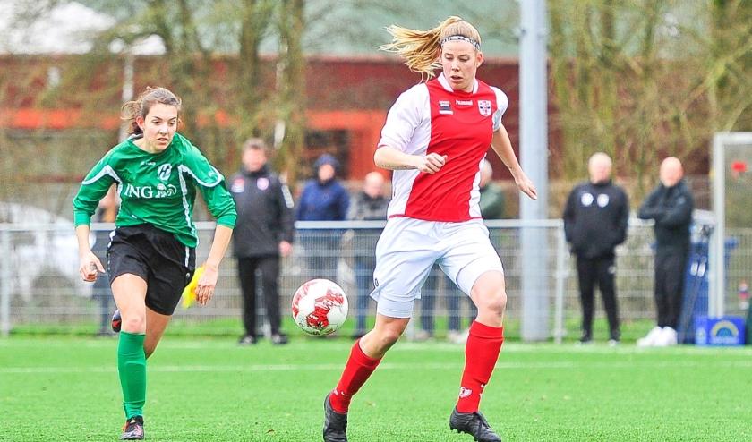Claudia Owel van RCL is Naomi Azier voorbij maar een doelpunt levert het niet op. Wel scoorde Owel even later de allesbeslissende 1-0 voor RCL.