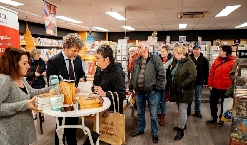 Jeroen Windmeijer (bij de statafel) maakte zaterdag heel wat fans blij met een opdracht en handtekening.
