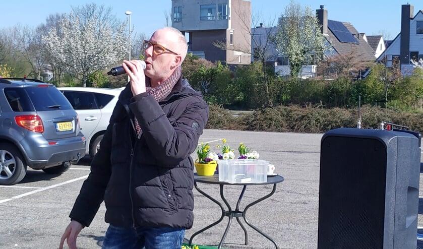 René Schaap zingt vanaf de parkeerplaats voor de bewoners van Leythenrode.