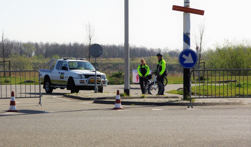 Net als elders in de regio is ook het parkeerterrein bij de Klinkenbergerplas afgesloten om een toestroom van mensen tegen te gaan. |