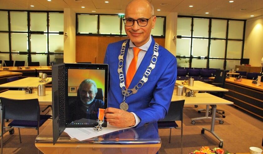 Ridder Joop Verdonk krijgt de versierselen virtueel 'opgespeld' voor al zijn inzet. |