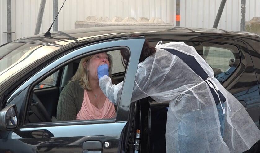 Een zorgmedewerker wordt op corona getest in de corona drive-in bij Alrijne  Ziekenhuis Leiderdorp.