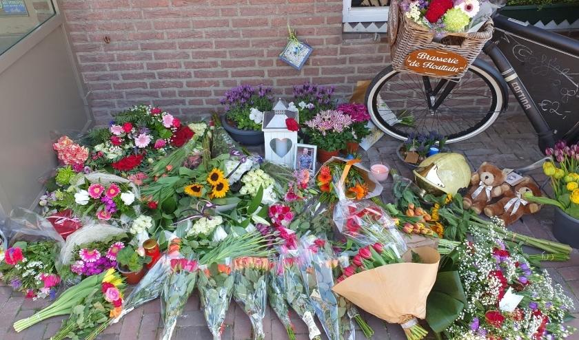 Bij De Houttuin liggen veel bloemen.   Foto: AC