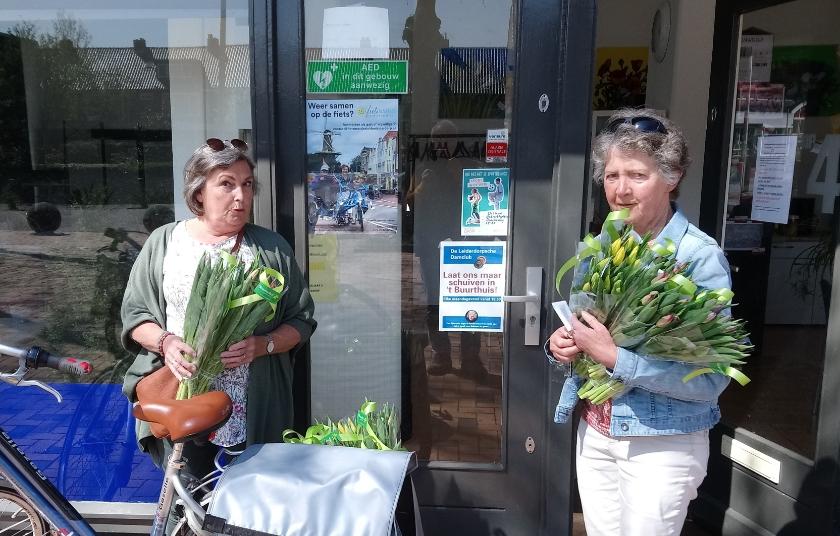 Vrijwilligers Tineke en Emmy gaan op pad met de tulpen.