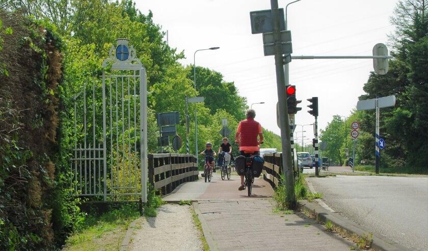 <p>Het brugdeel, de oever, de berm, het fietspad, een deel van de rijbaan van de N444 en de watergang (Poelmeer) blijken niet op grondgebied van de gemeente Oegstgeest, maar op particulier grondgebied te liggen. | Archieffoto&nbsp;</p>