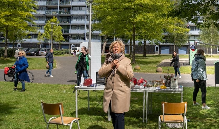 Burgemeester Driessen wacht in spanning of er op een van de balkons 'bingo!' geroepen wordt. | Foto: J.P. Kranenburg
