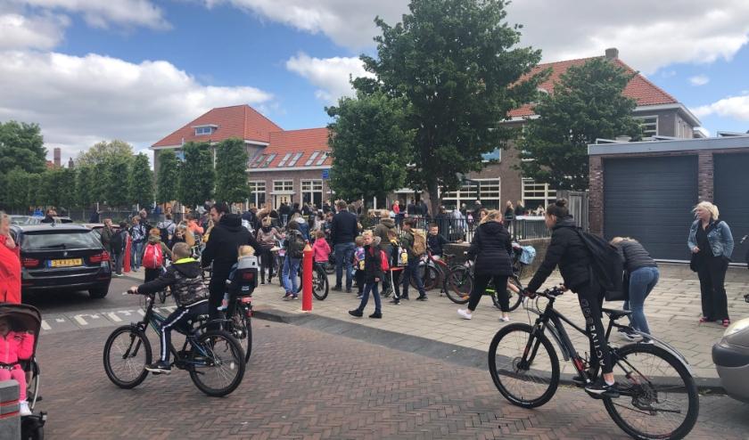 Maandag, rond kwart over twaalf, was het ontzettend druk bij de Prinsenhofschool. | Foto: Caroline Spaans