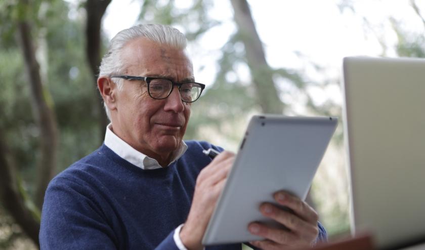 Niet iedereen is even vaardig met de tablet of smartphone. Met name ouderen hebben in dat opzicht vaak een achterstand. Met speciale lessen worden zij er ook handiger in.