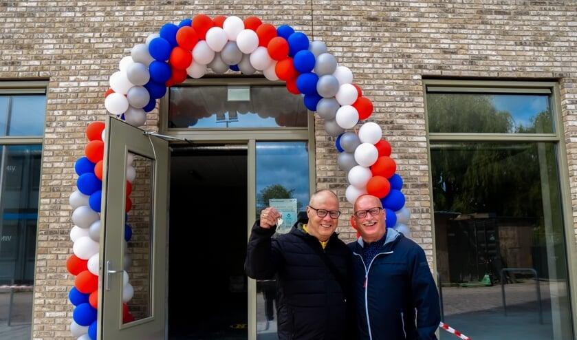Onder de huurders die zaterdag hun sleutel kregen, zijn ook John Wijfjes en Peter Saaro. Zij woonden de afgelopen jaren in een koopflat op de Santhorst in Leiderdorp maar wilden een wat kleiner en nieuwer appartement. Het appartement op de vijftiende verdieping van de woontoren was precies wat zij zochten.