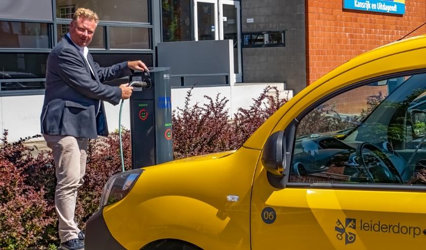 Duurzaamheidswethouder Rik van Woudenberg neemt symbolisch de nieuwste Leiderdorpse laadpaal in gebruik.   Foto: J.P. Kranenburg