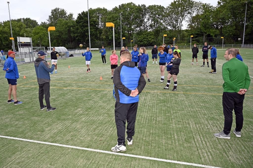De nieuwe en oude trainers geven samen training aan de selectie.   Foto: Frans van Herwijnen Foto: Frans van Herwijnen © uitgeverij Verhagen