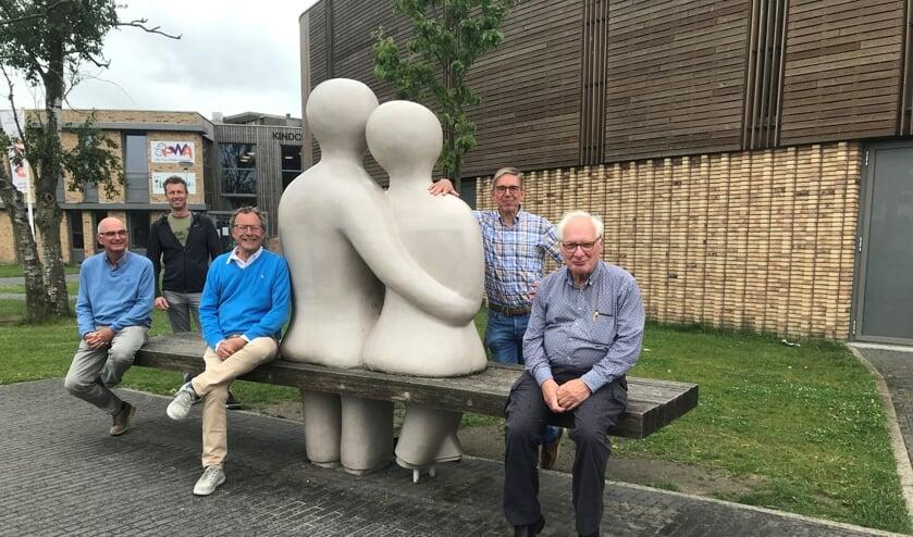 De bestuursleden van Zon op Leiderdorp (v.l.n.r. Lodewijk van Aernsbergen, Coen Huisman, Johan Kools, Henk van Rooijen en Ton Cremers) bij sportzaal Hoftuyn.
