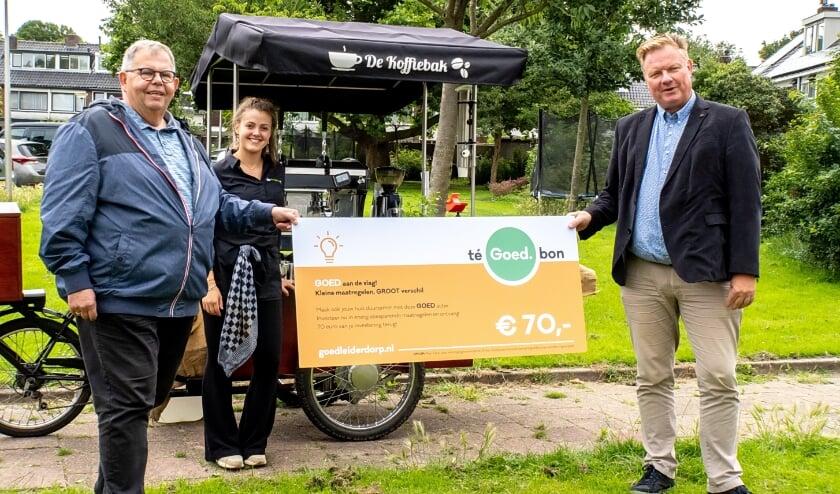 <p>Wethouder Rik van Woudenberg (rechts) reikte afgelopen zomer de eerste teGOEDbon uit aan Koos Chaudron.</p>