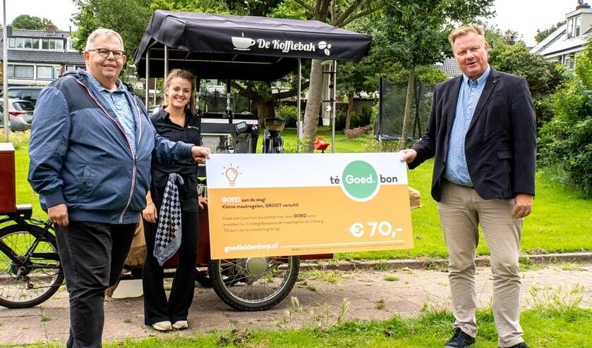 Wethouder Rik van Woudenberg (rechts) reikte de eerste teGOEDbon uit aan Koos Chaudron.