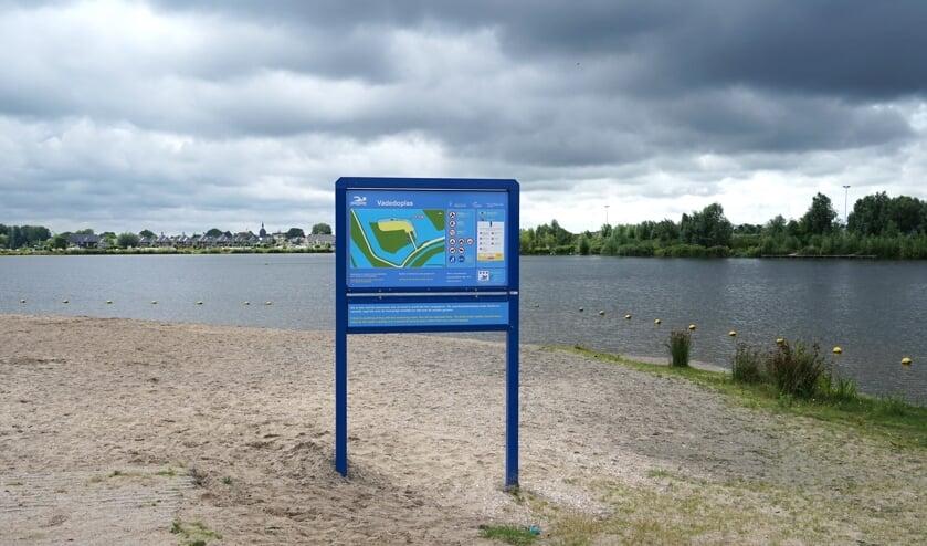Op het strandje bij de Vadedoplas is een informatiebord geplaatst van het hoogheemraadschap Rijnland, de omgevingsdienst Midden-Holland en de provincie Zuid-Holland.