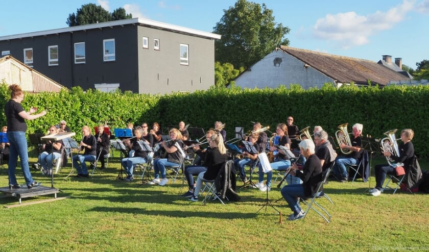 Een concert in de tuin aan ht Oosteinde.
