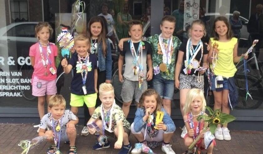 Trots poseren de kinderen met hun medaille.