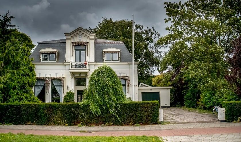 De witte villa aan de Van der Valk Boumanweg 236, die wordt omgebouwd tot zorgvilla met een appartementenblokje in de tuin.