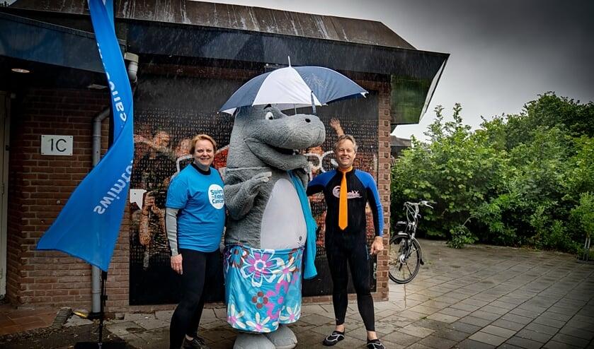 Wethouder Willem Joosten en project manager van Swim to Fight Cancer Leiderdorp Claudia Hoogmoed samen met zwemmascotte Jip, vlak voor ze de Dwarswatering in gaan.   Foto: J.P. Kranenburg