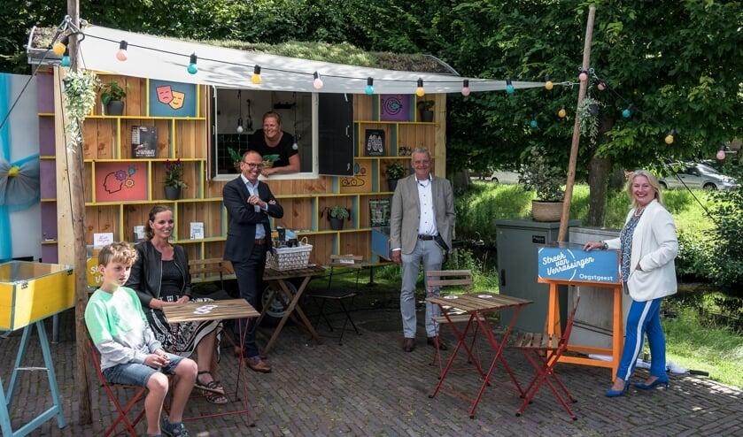 Het streekhuis met links de eerste logees, Tamara en Kobe, tweede van rechts wethouder Daan Binnendijk, verder en de marketingmanagers van Katwijk, Leiden en Oegstgeest.