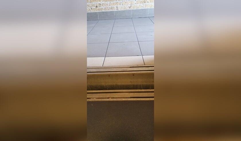 Een lift die lager stopt dan de verdieping en rotzooi rond de afvalbakken. De bewoners zijn het zat. | Foto's: pr