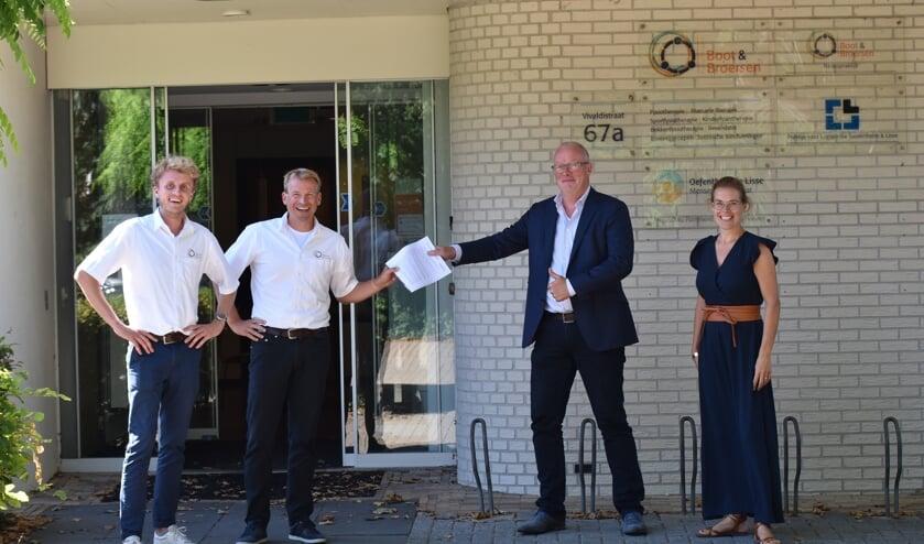 Bij het pand van Boot en Broersen werd de samenwerking tussen Heliomare Arbeidsintegratie en de fysiotherapiepraktijk bezegeld. | Foto: pr