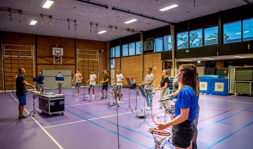 In de sportzaal aan de Van der Marckstraat was genoeg ruimte om op veilige afstand van elkaar te trommelen.