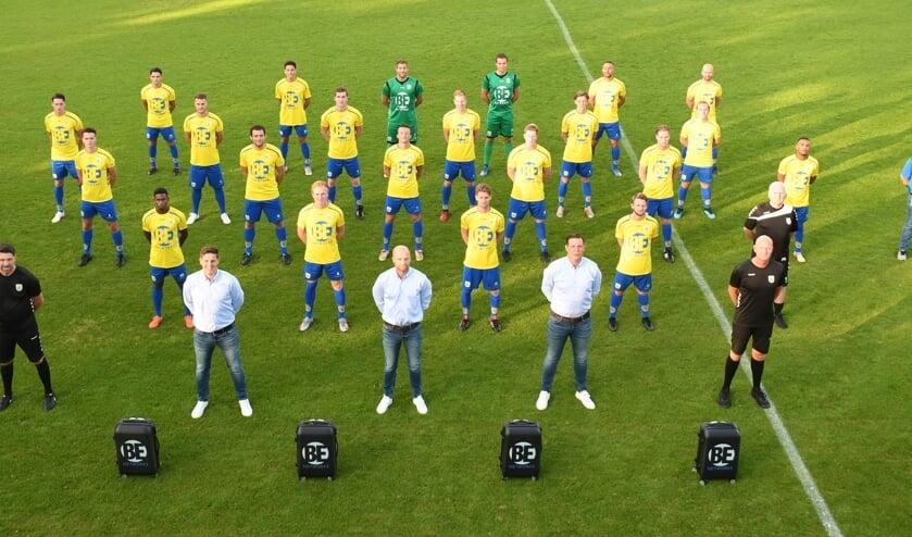 Team, trainers en verzorgers op 1,5 meter. | Foto en tekst: Hubert Habers