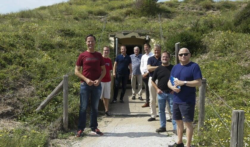 Mark Rutte met het bestuur van Atlantikwall Museum Noordwijk. Van links naar rechts: Mark Rutte, Jeroen van der Zalm, André van der Niet, Jan Heus, Joeri de Jong, Victor Salman, Johan Gieske, gast van Rutte. | Foto: pr
