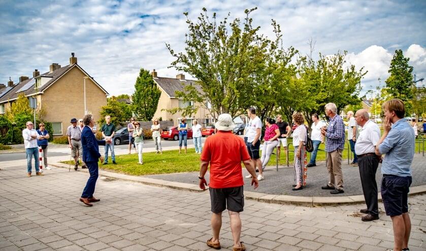 Wethouder Willem Joosten (in blauw pak) praatte op 19 augustus  met ca. 35 bewoners over de plannen voor een knip in de Van Poelgeestlaan.