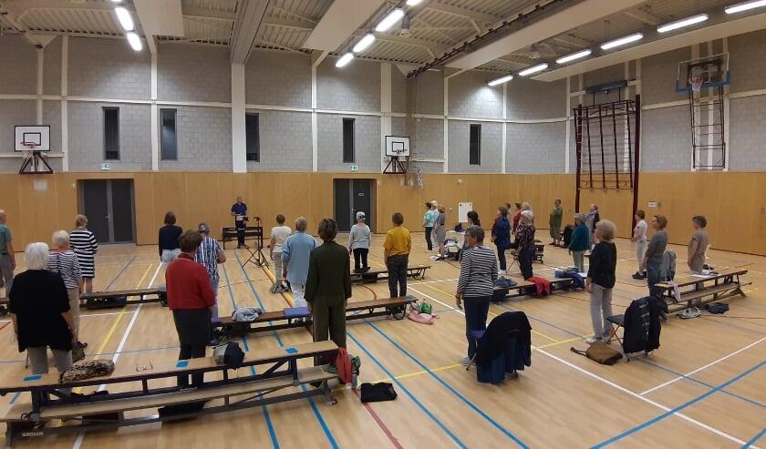 In sportzaal De Hoftuyn is genoeg ruimte om met vijftig zangers en zangeressen onderling anderhalve meter afstand te houden.