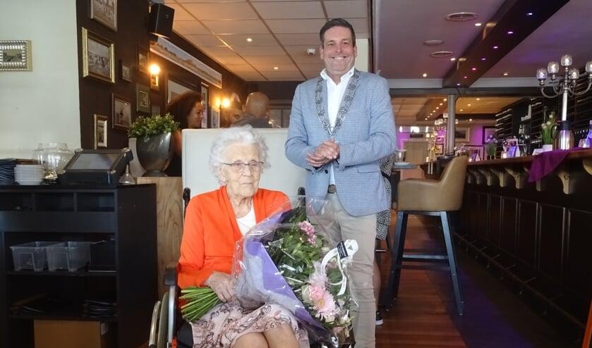 De 100-jarige mevrouw Snaar en  locoburgemeester Dennis Salman van Noordwijk.