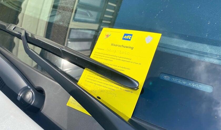 'Bij herhaling kan proces-verbaal worden opgemaakt of dit voertuig worden weggesleept', was op het briefje te lezen.  