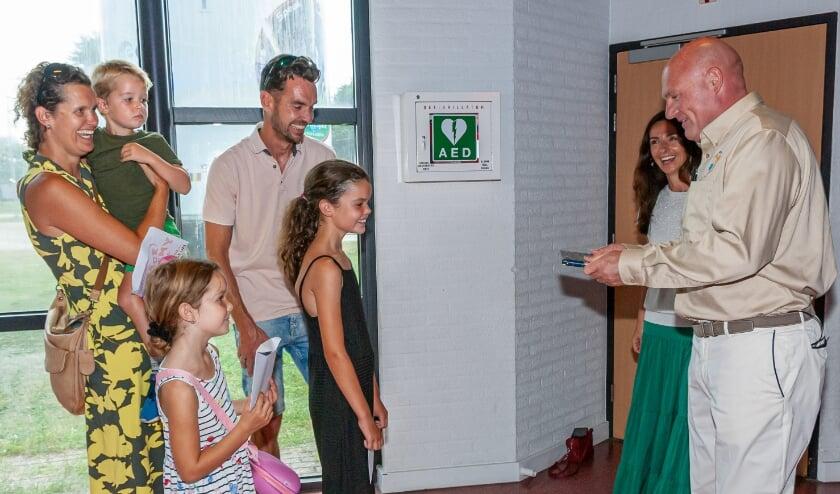 De 15.000ste bezoekster Noa Vonk uit Noordwijk en haar familie tussen astronaut André Kuipers en Space Expo Algemeen Directeur Barbara Hoppel.