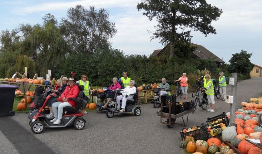De deelnemers aan de tocht maakten van de gelegenheid gebruik om pompoenen te kopen in Zoetermeer. | Foto: PR