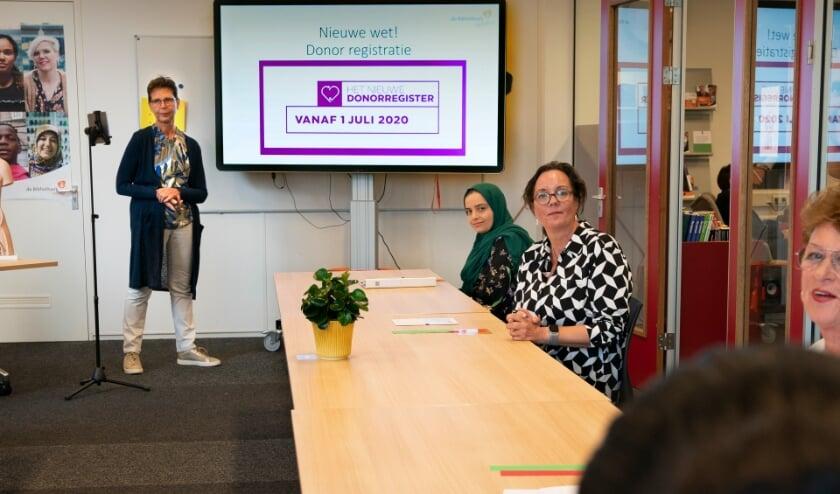 Monique Kromhout (staand) en minister Tamara van Ark (met bril). | Foto: Arenda Oomen Fotografie