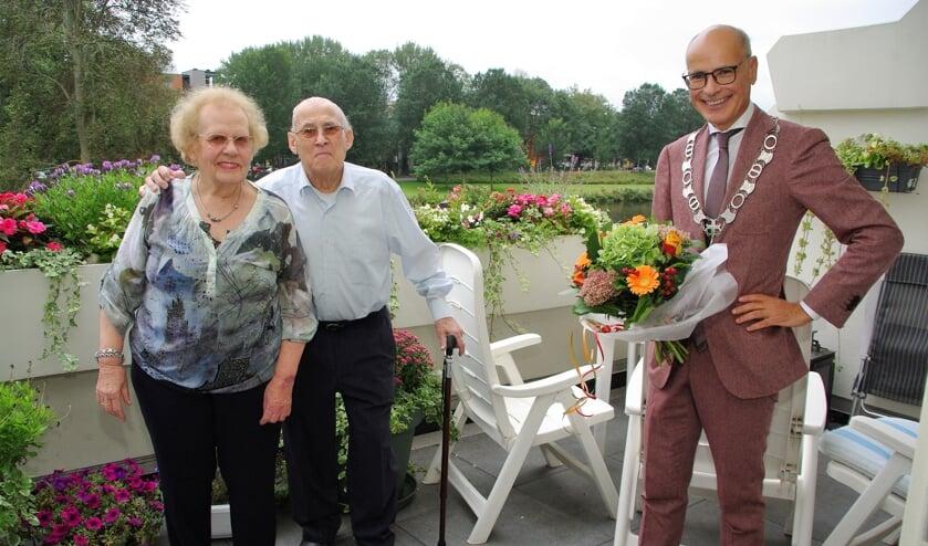 Felicitaties en bloemen van burgemeester Jaensch voor het jubilerende echtpaar. | Foto Willemien Timmers