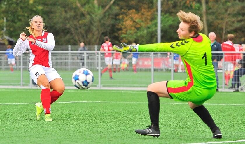 Yara Haasnoot krult fraai het leer om doelvrouw Esmée Umans van Saestum heen en brengt RCL op een 2-0 voorsprong.