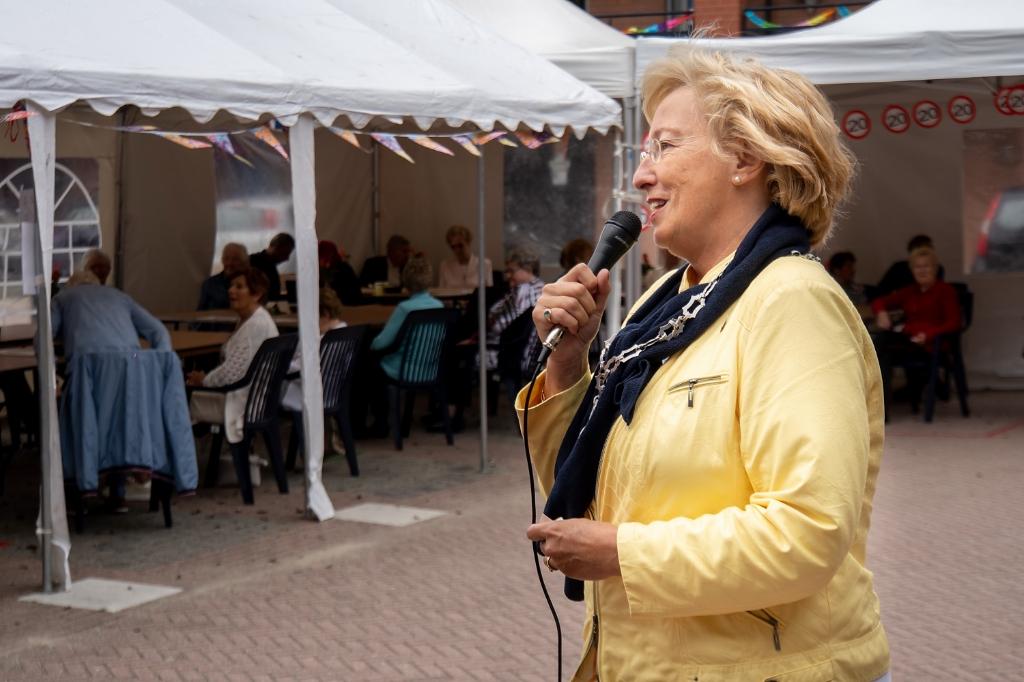 Burgemeester Laila Driessen opent de feestelijke middag aan de Brandwacht. Foto: J.P.Kranenburg © uitgeverij Verhagen