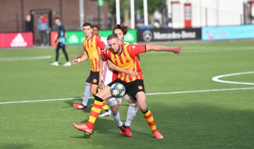 Mike Bekooij in duel met Ajax-speler Jack van Moerkerkof. | Foto: Orange Pictures/ Rob van Vliet