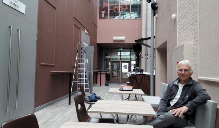 Theater-voorzitter Albert Olthof in de nieuwe foyer: 'Dit theaterseizoen wordt allemaal improviseren'. | Foto: MV