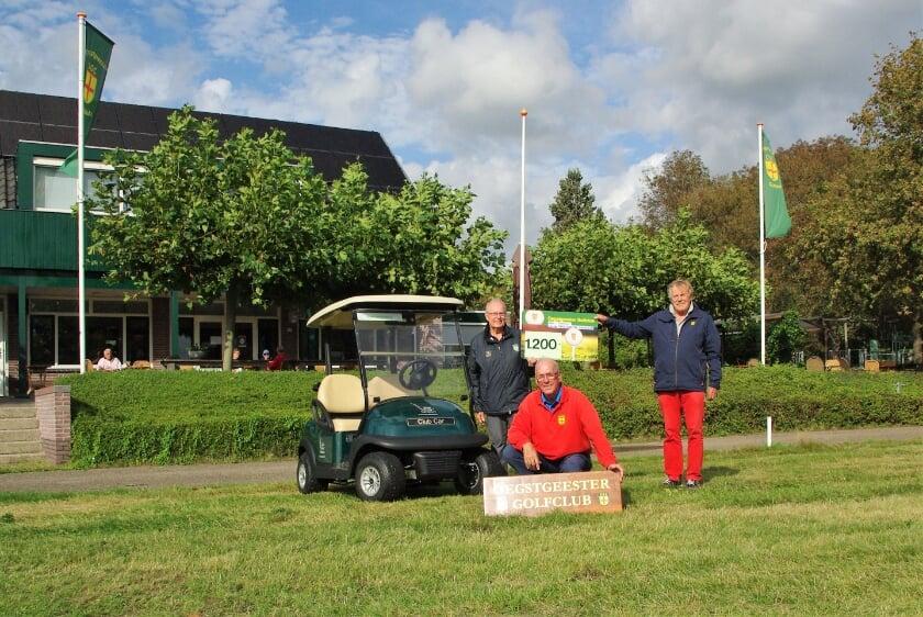 Gé Brandhorst (gehurkt), Helmut Fellner en Henny Kamerling met cheque (die in werkelijkheid 50 euro meer bedroeg) bij één van de nieuwe buggy's.  