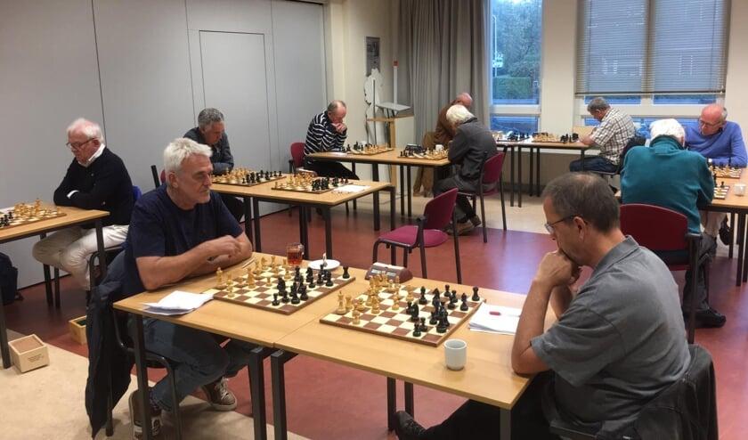 De schakers van de Sassenheimse Schaakverenigingen schaken op anderhalve meter van elkaar. Tijdens de wedstrijd hebben ze ieder een eigen bord.   Foto: pr.